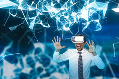 在VR玻璃,多角形的激动的非洲商人 库存图片