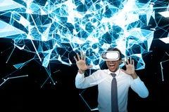 在VR玻璃,线的激动的非洲商人 图库摄影