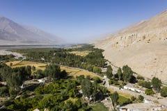 在Vrang附近的肥沃瓦罕谷在塔吉克斯坦 山在背景中是兴都库什在阿富汗 免版税图库摄影