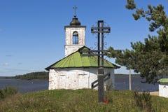 在Vvedensky教会附近崇拜十字架在Goritsy沃洛格达州地区村庄  库存照片