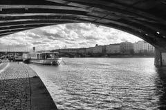 在Vysehrad小船的看法在雨以后的桥梁下 库存照片