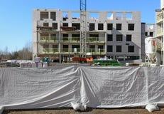 在w后篱芭的标准砖房屋建设建筑  免版税库存照片