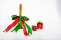 在w和新年的隔绝的礼物盒和响铃圣诞节 免版税库存图片