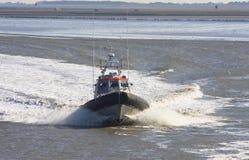 在Waddenzee的荷兰救护队在Holwerd附近 库存图片