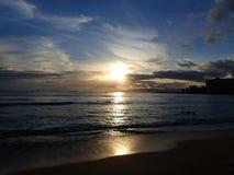 在Waianae山的剧烈的日落与反射的光  免版税库存图片