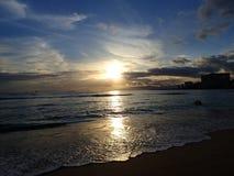 在Waianae山的剧烈的日落与反射的光  库存图片