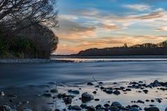 在waimakariri河的日落视图 库存图片