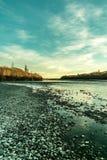在waimakariri河的蓝天视图 库存照片