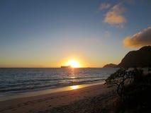 在Waimanalo海滩的清早日出在兔子海岛burs 库存照片