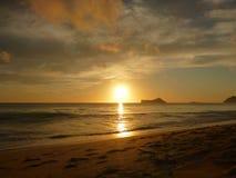 在Waimanalo海滩的清早日出在奥阿胡岛 库存照片