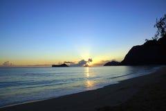 在Waimanalo海滩的清早日出在岩石海岛bursti 库存图片