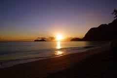在Waimanalo海滩的清早日出在岩石海岛bursti 图库摄影