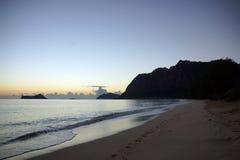 在Waimanalo海滩的清早日出在岩石海岛bursti 免版税库存图片