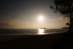 在Waimanalo海滩的清早日出在岩石海岛bursti 免版税图库摄影