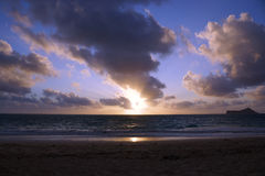 在Waimanalo海滩的清早日出在破裂thr的海洋 免版税库存图片