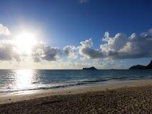 在Waimanalo海滩的清早日出在破裂throu的海湾 免版税库存照片