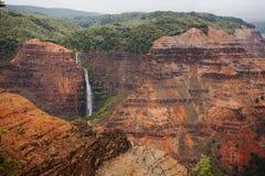在Waimea峡谷的瀑布在考艾岛海岛,夏威夷上 免版税图库摄影