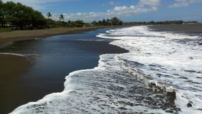 在Waimea,考艾岛,夏威夷的黑沙子海滩 免版税图库摄影
