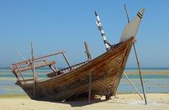 在Wakrah的靠岸的单桅三角帆船 库存图片