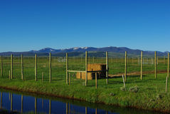 在Walden,科罗拉多附近的蓝色流和ranchland 免版税库存照片