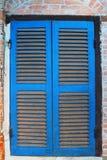 在wall.window经典之作的蓝色窗口在墙壁上。 免版税库存照片