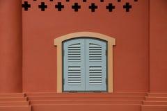 在wall.window经典之作的蓝色窗口在墙壁上 库存照片