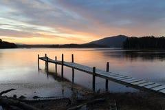 在Wallaga湖的一点木材跳船日落的 免版税库存照片