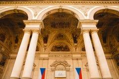 在Wallenstein宫殿的两面旗子在布拉格,捷克 免版税库存照片