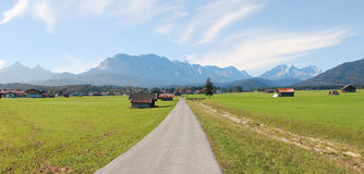 在wallgau和wetterstein山附近的乡下 库存图片