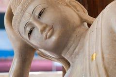 在Wang wiwekaram寺庙, Sangklaburi的大理石菩萨雕象 图库摄影