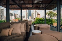 在Wangz旅馆的屋顶的夏天大阳台 免版税库存照片