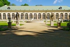 在Warsaw's皇家浴的老橘园大厦停放,波兰 免版税库存照片