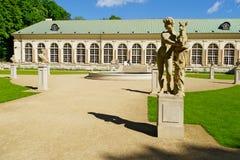 在Warsaw's皇家浴的老橘园大厦停放,波兰 免版税图库摄影