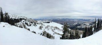 在Wasatch附近的冬天庄严视图朝向落矶山,布赖顿滑雪胜地,接近盐湖和Heber谷,公园市, U 免版税库存图片