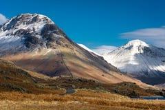 在Wastwater的积雪覆盖的山在一个晴朗的冬日 免版税库存图片