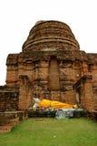 在Wat亚伊柴Mongkhon寺庙,考古学站点Stupa废墟的斜倚的菩萨图象在阿尤特拉利夫雷斯 免版税库存图片