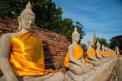 在Wat亚伊Chaimongkol的被排列的菩萨雕象 免版税图库摄影