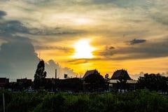 在Wat小伙子Pha Dook,寺庙后的日落在Nonthaburi 库存图片