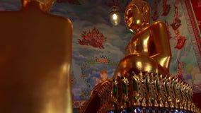 在wat泰国寺庙的金黄菩萨雕象 股票录像