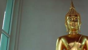 在wat泰国寺庙,泰国的金黄菩萨雕象 股票视频