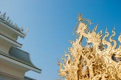 在Wat荣Khun的华丽屋顶 库存图片