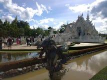 在Wat荣Khun,白色寺庙附近的龙雕象在清莱府,泰国 免版税库存照片