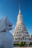 在Wat Benchamabophit寺庙前面的古色古香的狮子雕塑,曼谷,泰国 库存照片