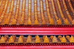 在wat Benchamabophit的屋顶在泰国 免版税库存图片