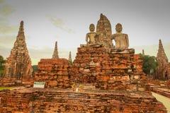 在Wat ChaiWatthanaram的塔和菩萨图象 1 库存照片