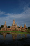 在Wat ChaiWatthanaram的塔和水反射 库存照片