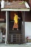 在Wat Chedi Luang,清迈的修士详尽的步 库存图片