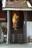 在Wat Chedi Luang,清迈的修士详尽的步 免版税图库摄影