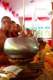 在wat kad pa phrae (在峭壁的寺庙)在泰国佛教修士北部祈祷并且拼写圣水 免版税库存照片