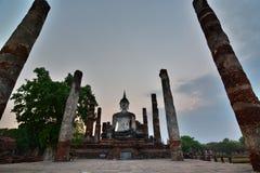 在Wat Mahathat的蓝色小时 历史公园 Sukhothai 泰国 免版税库存图片